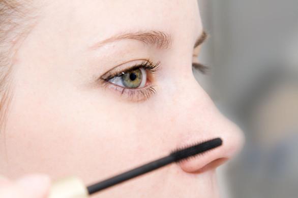1024px-Applying_cosmetics_(1)