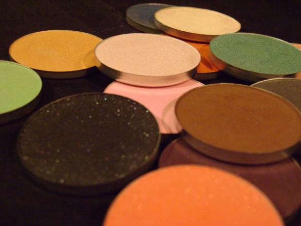 Makeup_eyeshadows_in_various_colors_-_Σκιές_ματιών_σε_διάφορα_χρώματα