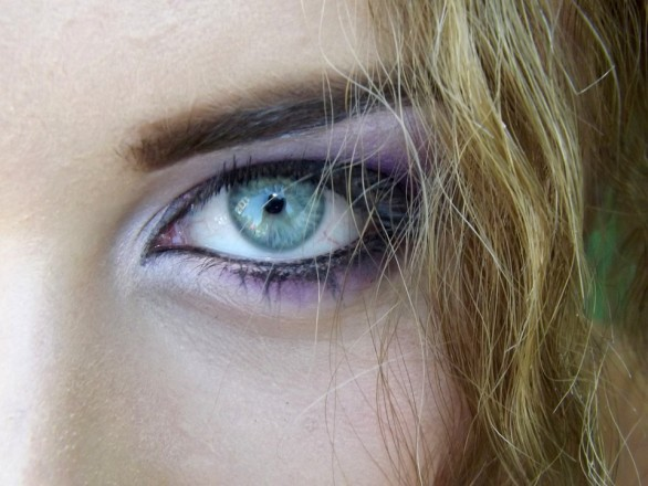 3 Easy Steps to Put on Eyeliner Like a Pro